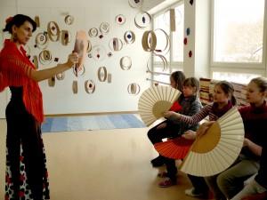 Laulasmaa kool R.-Proskura-õpetab-käsitlema-lehvikut-300x225