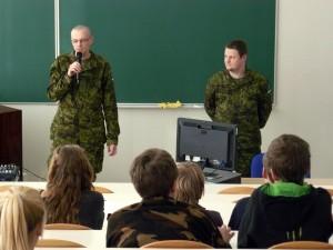 Laulasmaa kool Seersant-H.-Värton-ja-nooremleitnant-S.-Saar-räägivad-kaitseväest-ja-Afganistaani-missioonist-300x225